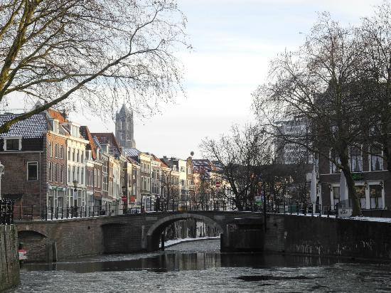 Bed & Breakfast De Vossenpoort: Bridge and channel in Utrecht