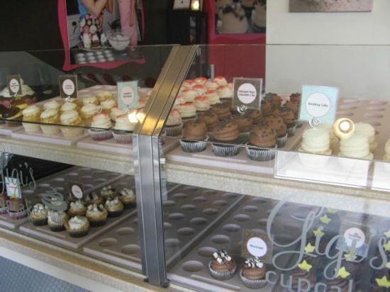 Gigi's Cupcakes : Display case