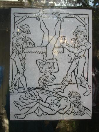 Le Musée de la Torture de Carcassone : Ilustraciones de métodos de tortura