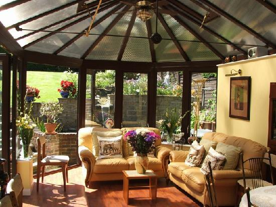 Crowded House Guest House: Conservatory