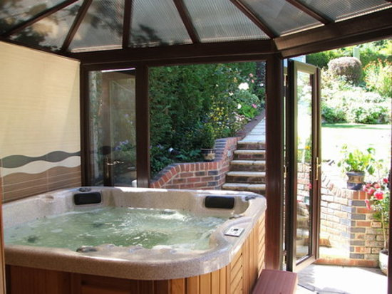 Crowded House Guest House: Hot Tub
