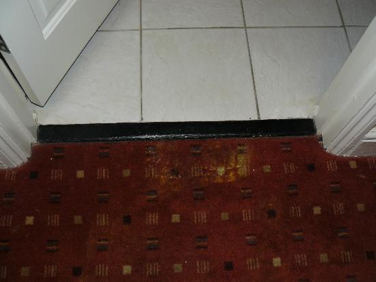 Innkeeper's Lodge Weybridge: Worn out carpet into the bathroom