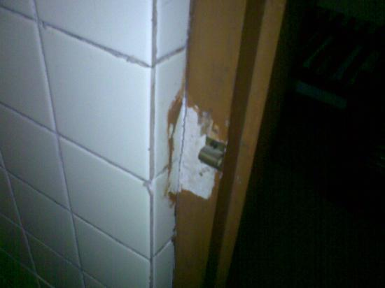 Hotel Goodwood Plaza: Bathroom door