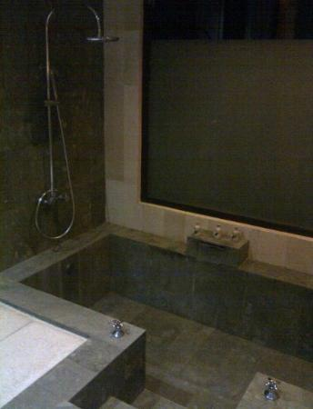 Dabirahe at Lembeh Hills Resort: the bath tub