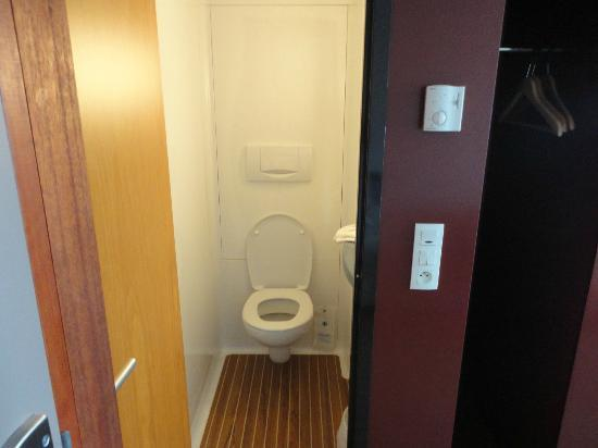 Novotel Suites Calais Coquelles Tunnel sous La Manche : Aircraft Style toilet