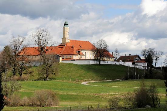 Klosterbräustüberl Reutberg: Blick auf Kloster Reutberg, rechts das Gasthaus