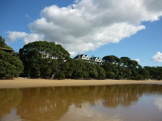 Beach Lodge: Walking on the beach at low tide