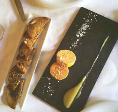 Restaurante La Reina Zingara: La foie casera and pan integral con pasas.
