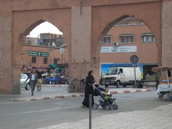 Imperial Holiday Hotel: entrée  dans la medina par la porte BAB DOUKKALA
