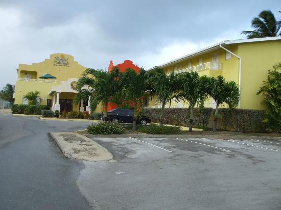 Tropical Winds Apartment Hotel : Front of the hotel