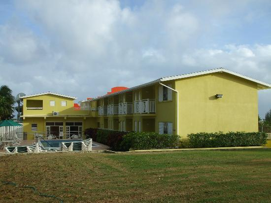 Tropical Winds Apartment Hotel : Rooms by the pool.
