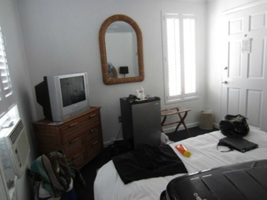 The Duval Inn: Room is not big, but served it's purpose