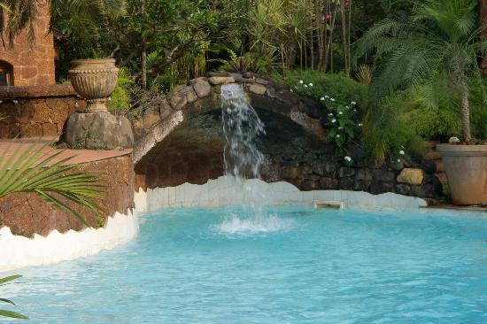 Pousada Tauma: Swimming pool is large and well landscaped