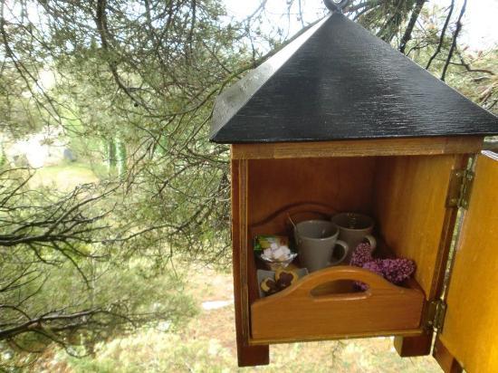 Maison Valvert : Le petit déjeuner monté à l'aide d'une poulie