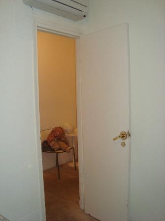 Hotel Aqua: Se puede observar la falta de pintura en la puerta, picaporte y abajo