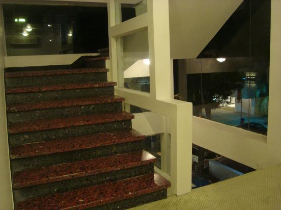Hotel Aqua: Remodelaron la primer planta de las escaleras, el resto quedo antiguo