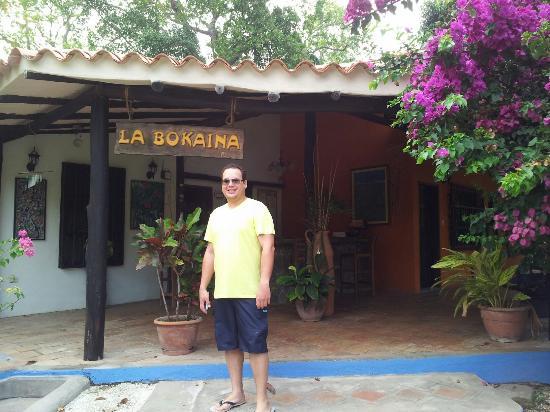 Hotel Posada La Bokaina: Mi esposo a la entrada de la posada
