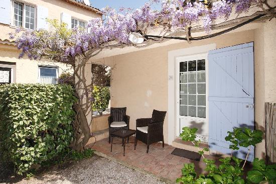 Hôtel Lou Cagnard : terrasse chambre jardin