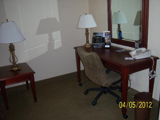 Drury Inn & Suites St. Louis Convention Center: Desk in Living Room