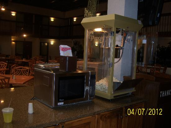 Drury Inn & Suites St. Louis Convention Center: Popcorn Machine in Dining Area