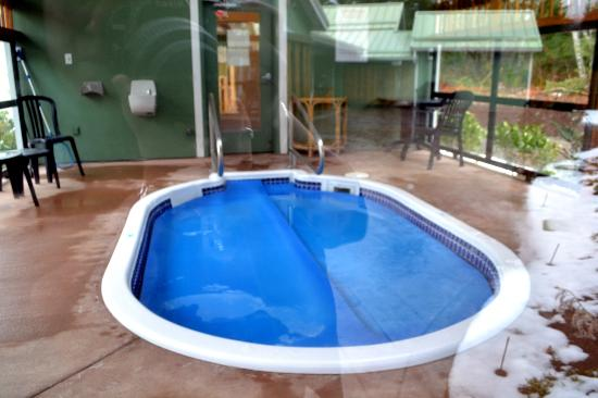 Honeymoon Bay Lodge & Retreat: Salt-water hot tub