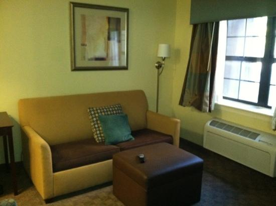 Crestwood Suites Lakeland: queen suite pull out couch