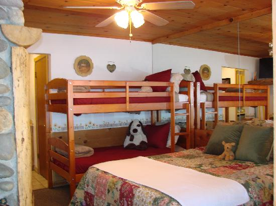 Heavenly Valley Lodge Bed & Breakfast: Bunk-bed room, 2 adults & 2 kids