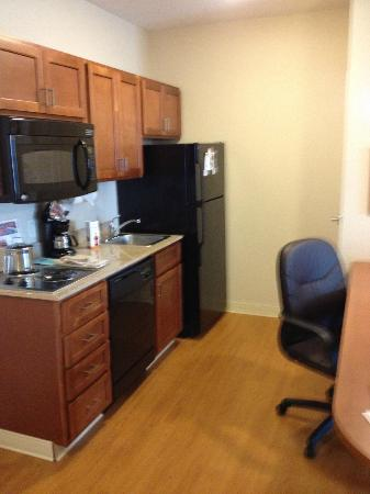 Candlewood Suites - Portland Airport: Kitchenette