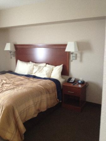 Candlewood Suites - Portland Airport: King Bedroom