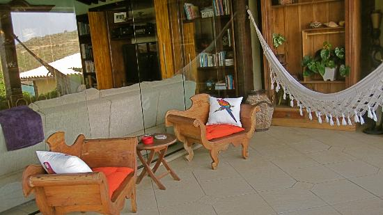 Cachoeira Inn: Lounge area overlooking the ocean