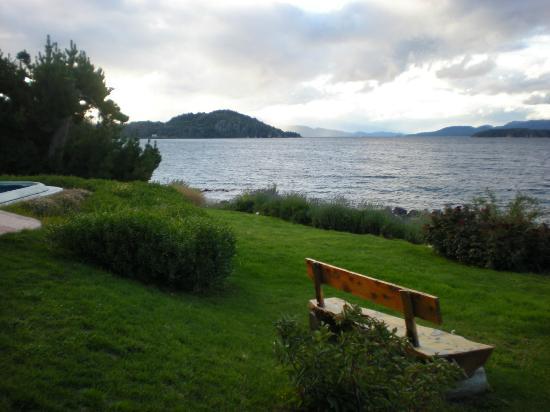 Sol del Nahuel: el patio trasero del hotel junto al lago