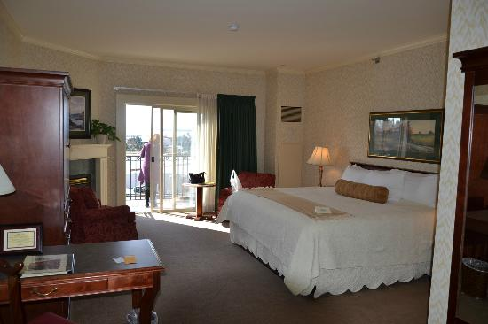 Fairhaven Village Inn: Bay-side room with king bed