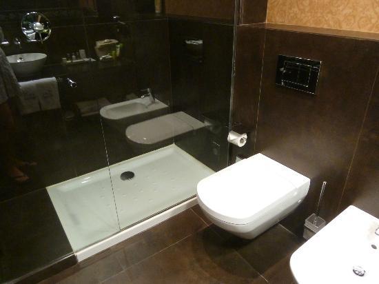 Castillo Gorraiz Hotel Golf & Spa: Ducha espaciosa y cómoda
