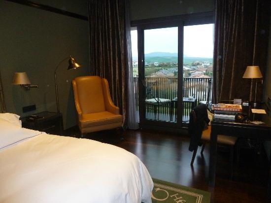 Castillo Gorraiz Hotel Golf & Spa: Amplia habitación, buena vista