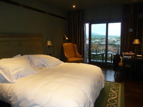 Castillo Gorraiz Hotel Golf & Spa: Habitacion y terraza