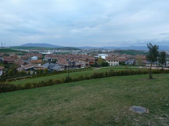 Castillo Gorraiz Hotel Golf & Spa: Pamplona en la lejanía