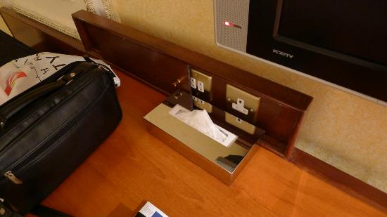InterContinental Dar Al Tawhid: Sockets everywhere