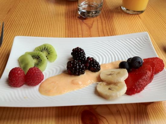 Arch Cape Inn & Retreat: breakfast 1st course fresh fruit with peach purée