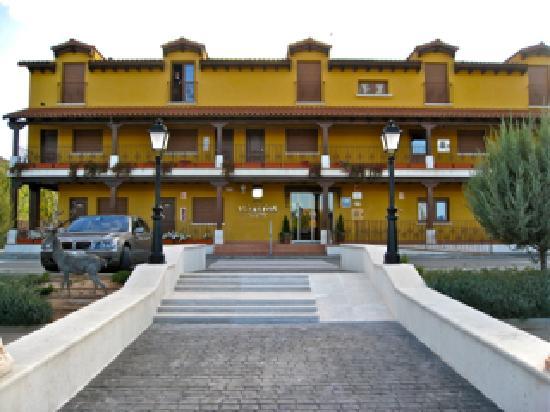 Hotel Milagros Rio Riaza: Entrada con aparcamiento