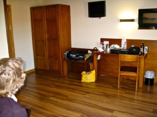 Hotel Milagros Rio Riaza: Habitación grande con madera bonita