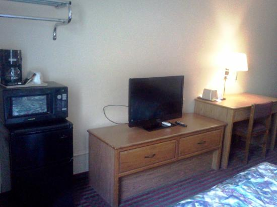 Super 8 Harrisonburg: nice flat TV in the room.