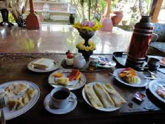 Puri Saren Agung: Delicious breakfast served on the porch, and tea thermos will be refilled throughout the day
