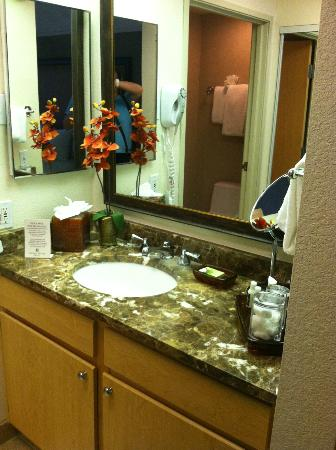 Gainey Suites Hotel : bath counter