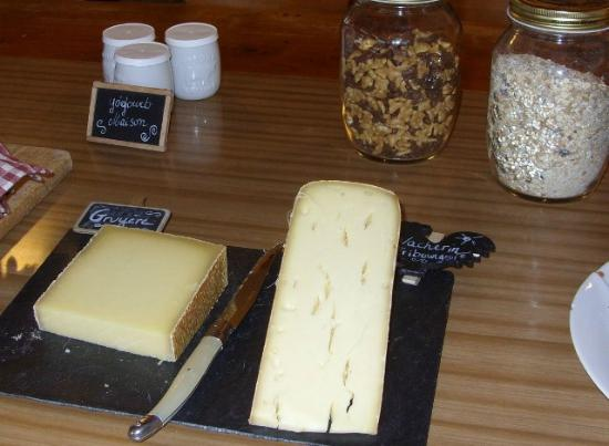 Bed and Breakfast La Pinte de Lys: Homemade yogurt and local cheeses