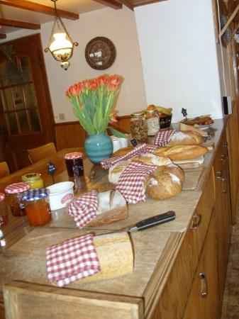 Bed and Breakfast La Pinte de Lys: Great breakfast selection