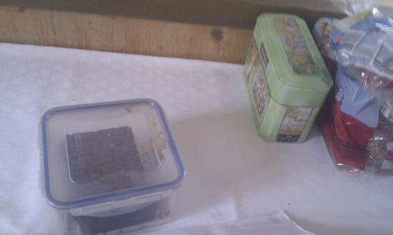 Hotel Hirschen: verschmutzte Brotdose auf dem Brunchbuffet