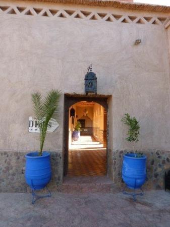 Auberge La Terrasse des Delices: entrance to inner court