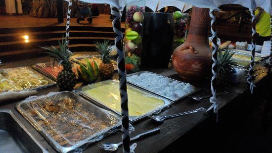 Isla Caribe Beach Hotel : Una carreta llena de comida, aparte del comedor principal, en la noche Mexicana.