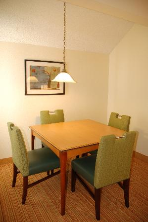 Residence Inn San Francisco Airport/San Mateo: Penthouse Suite dining table