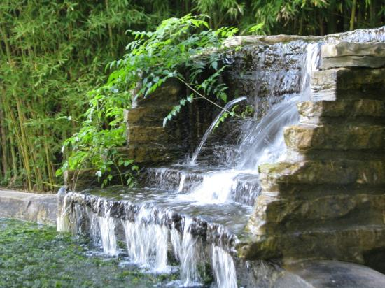 Haven River Inn: Flowing waterfall graces the side yard